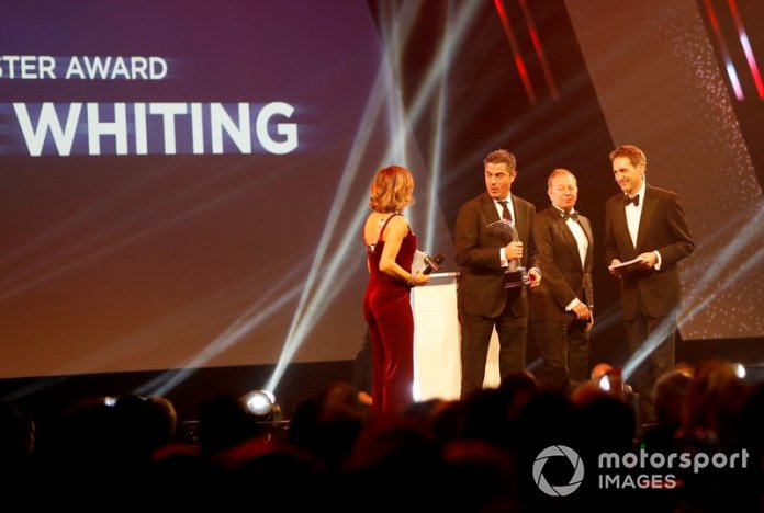 Martin Brundle entrega el premio John Bolster a Michael Masi, Director de Carrera de la FIA, en nombre del difunto Charlie Whiting