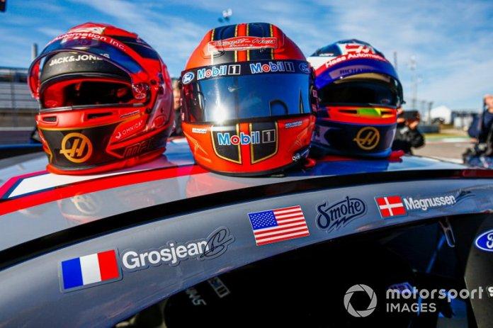 Cascos de Romain Grosjean, Haas F1, Kevin Magnussen, Haas F1, y NASCAR Cup driver Tony Stewart
