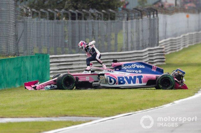 Sergio Perez, Racing Point RP19, sale de su coche tras su accidente en la FP1 de Monza