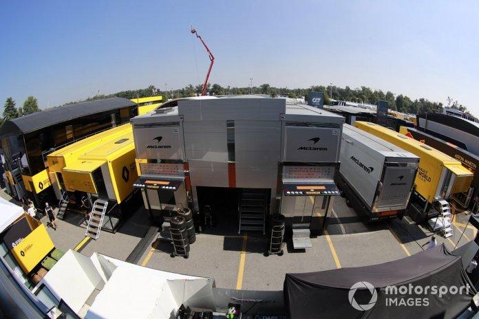 Los camiones del equipo Renault y McLaren en el paddock