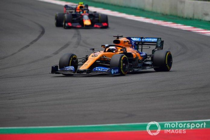 Carlos Sainz Jr., McLaren MCL34, Alexander Albon, Red Bull RB15