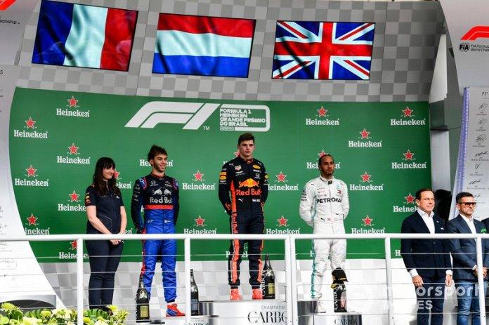 Podio: segundo lugar Pierre Gasly, Toro Rosso, ganador de la carrera Max Verstappen, Red Bull Racing y el tercer lugar Lewis Hamilton, Mercedes AMG F1