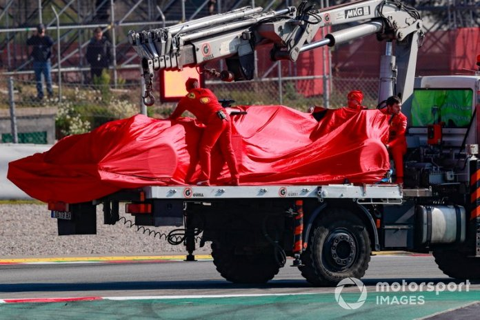 Sebastian Vettel, Ferrari, se para en la pista de Montmeló