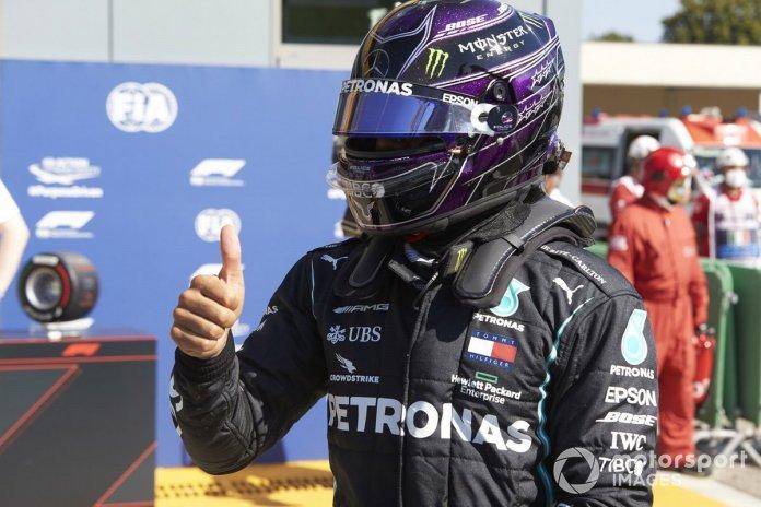 Ganador de la pole Lewis Hamilton, Mercedes-AMG F1, celebra