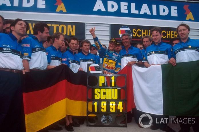 Michael Schumacher célèbre le titre mondial avec Flavio Briatore, Tom Walkinshaw et le reste de l'écurie Benetton