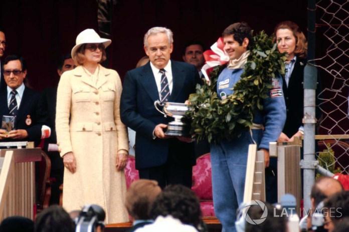 Podio : el ganador Jody Scheckter, Wolf WR1, junto al Príncipe Rainiero y la Princesa Grace de Mónaco