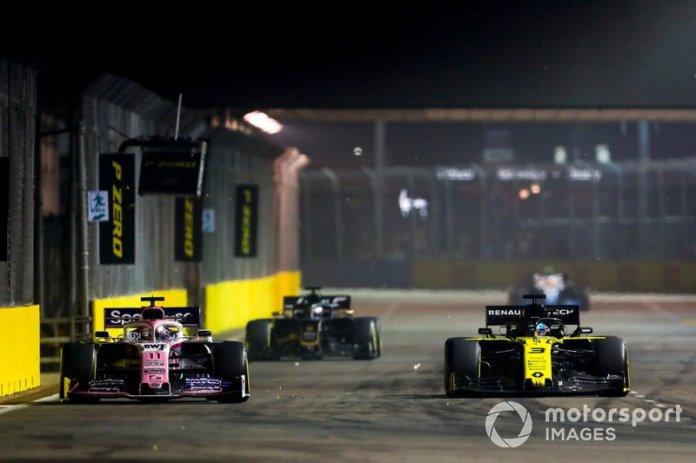 Sergio Perez, Racing Point RP19 y Daniel Ricciardo, Renault F1 Team R.S.19