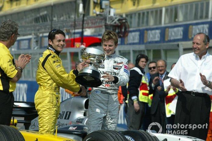 En el Gran Premio de San Marino, en una ceremonia no oficial, Raikkonen entregó el trofeo del primer puesto al piloto del equipo irlandés.