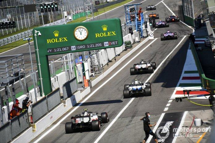 Sergio Pérez, Racing Point RP20, Romain Grosjean, Haas VF-20, Nicholas Latifi, Williams FW43, Kevin Magnussen, Haas VF-20 saliendo de pits