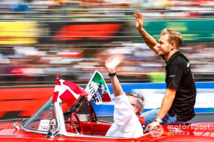Kevin Magnussen, Haas F1, en el desfile de pilotos