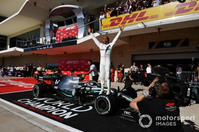 Lewis Hamilton, Mercedes AMG F1, 2ª posición, celebra en el Parc Ferme tras conseguir el título mundial de pilotos por sexta vez