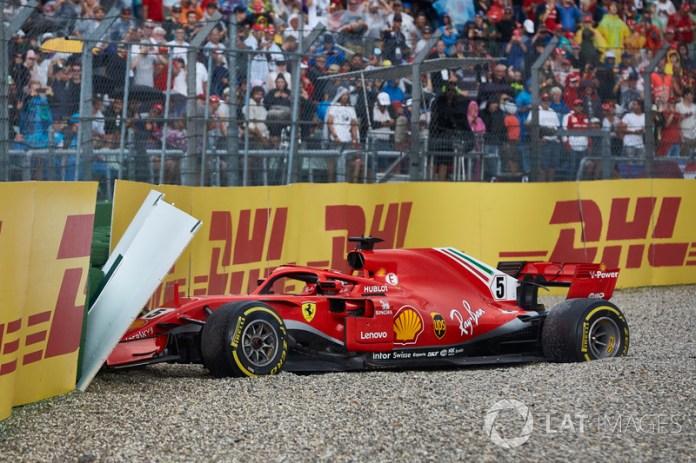 Alemania 2018: Vettel choca sobre el asfalto húmedo mientras lideraba. Inicia su debacle en la lucha con Hamilton.