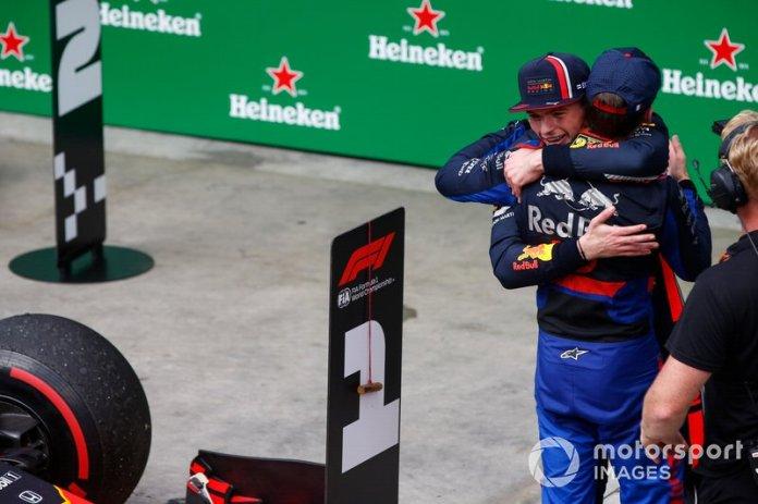 Max Verstappen, Red Bull Racing, 1ª posición, y Pierre Gasly, Toro Rosso, 2ª posición, se felicitan