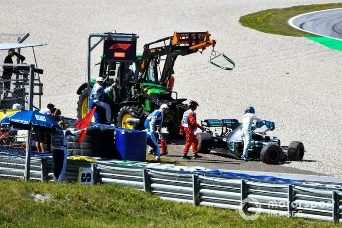 Valtteri Bottas, Mercedes AMG F1, se baja de su coche dañado tras un accidente en la segunda sesión de entrenamientos