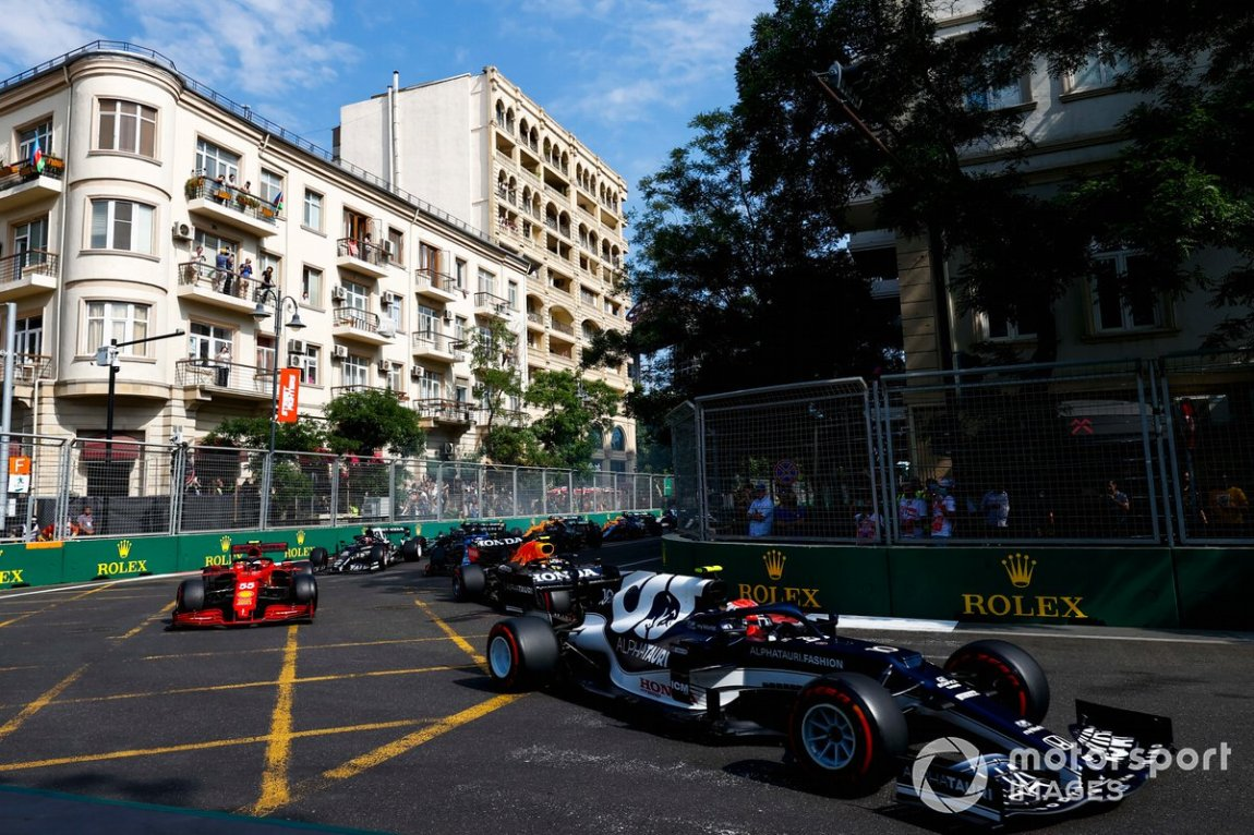 Pierre Gasly, AlphaTauri AT02, Carlos Sainz Jr., Ferrari SF21, Sergio Perez, Red Bull Racing RB16B and the rest of the group