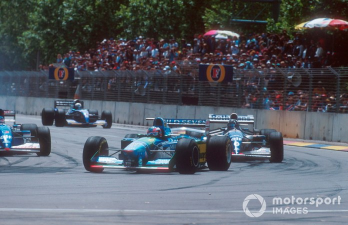 Michael Schumacher, Benetton B194 devant Damon Hill, Williams FW16B