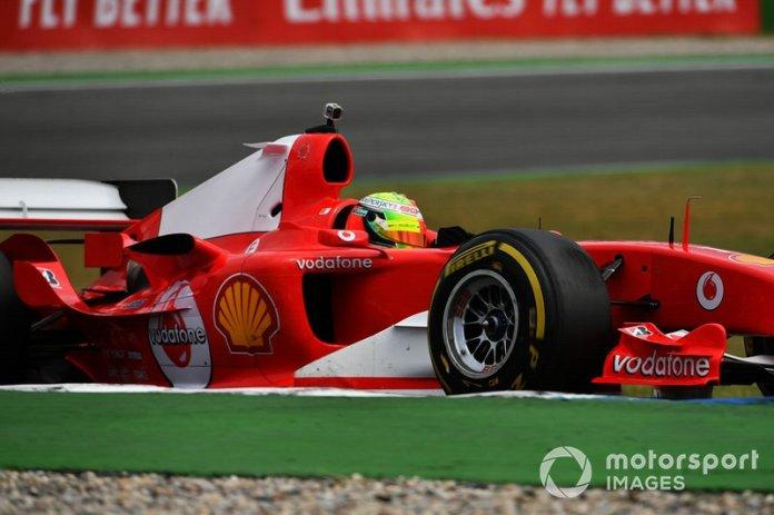 Mick Schumacher conduce el Ferrari F2004