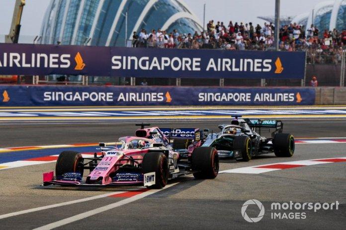 Sergio Pérez, Racing Point RP19 y Lewis Hamilton, Mercedes AMG F1 W10