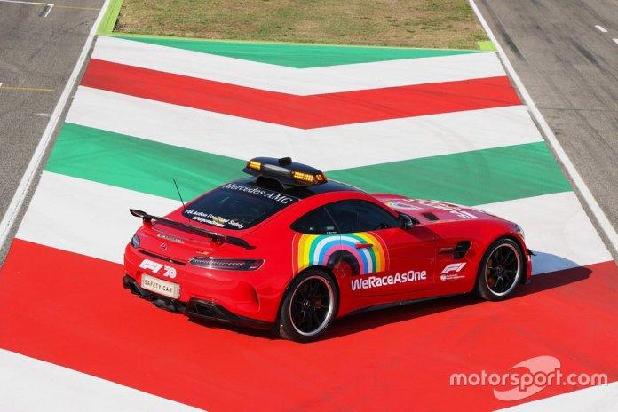 El safety car de Mercedes pintado de rojo en homenaje a la carrera número 1000 de Ferrari