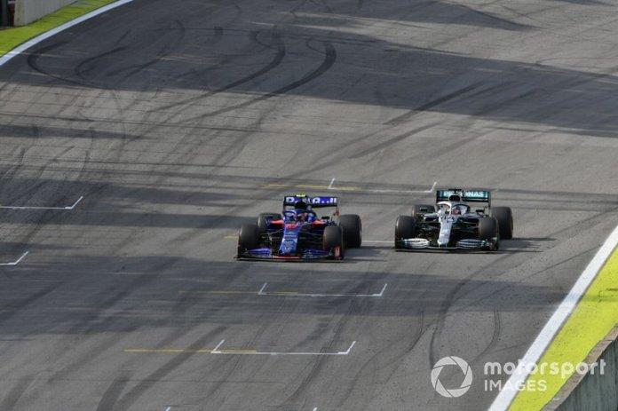 Pierre Gasly, Toro Rosso STR14, y Lewis Hamilton, Mercedes AMG F1 W10, hacia la bandera a cuadros