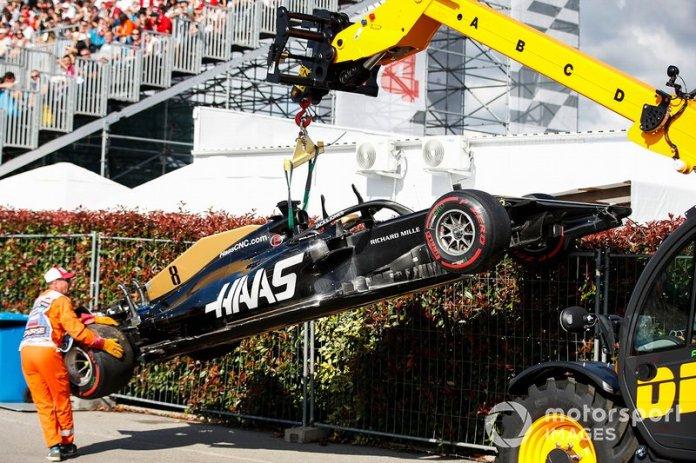 El coche de Romain Grosjean Haas F1 Team VF-19 es retirado por una grúa