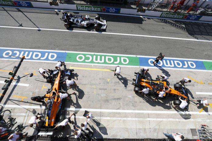 Carlos Sainz Jr., McLaren MCL35, Lando Norris, McLaren MCL35, Daniil Kvyat, AlphaTauri AT01