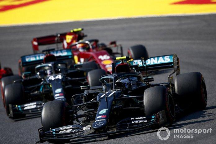 Valtteri Bottas, Mercedes F1 W11, Lewis Hamilton, Mercedes F1 W11, Carlos Sainz Jr., McLaren MCL35