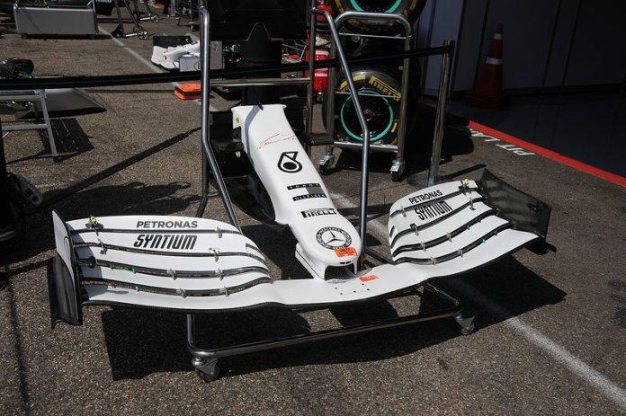 Mercedes AMG F1 W10 alerón delantero con nueva decoración