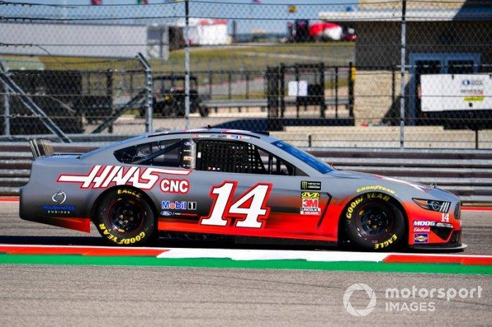 Kevin Magnussen, Haas F1 Team, y Romain Grosjean, Haas F1 Team, se turnan para pilotar en una NASCAR con Tony Stewart