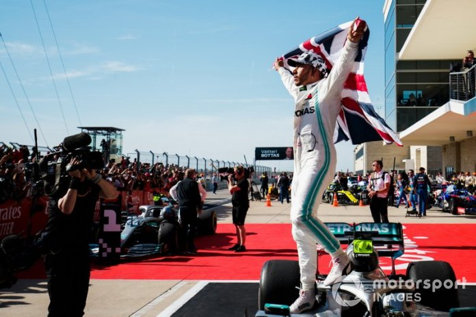 Lewis Hamilton, Mercedes AMG F1, 2º clasificado, celebra con bandera de la Unión en el Parc Ferme tras conseguir su sexto título mundial de pilotos