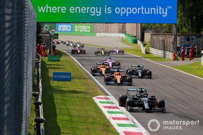 Lewis Hamilton, Mercedes F1 W11 Carlos Sainz Jr., McLaren MCL35, Valtteri Bottas, Mercedes F1 W11, Lando Norris, McLaren MCL35 al inicio