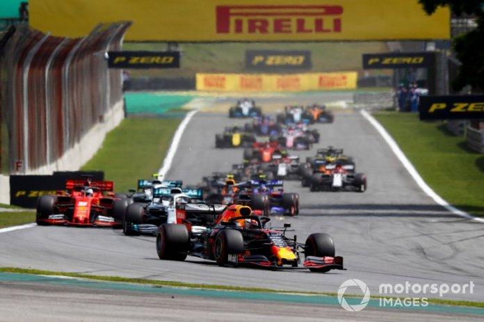 Max Verstappen, Red Bull Racing RB15, Lewis Hamilton, Mercedes AMG F1 W10 y Sebastian Vettel, Ferrari SF90 al inicio de la carrera