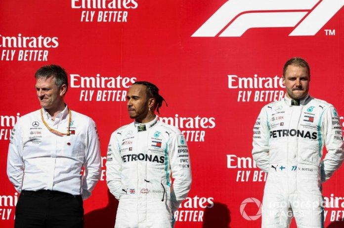 James Allison, Director Técnico, Mercedes AMG, Lewis Hamilton, Mercedes AMG F1, 2ª posición, y Valtteri Bottas, Mercedes AMG F1, 1ª posición, en el podio