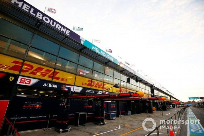 El garaje de Red Bull Racing en el pit lane