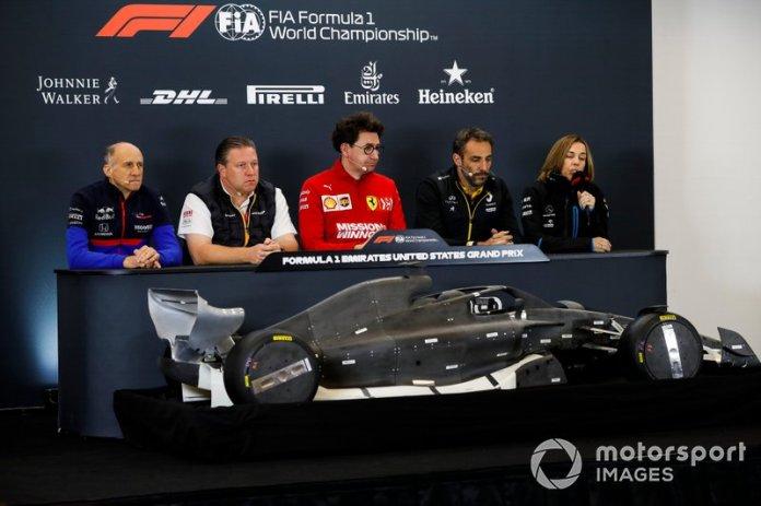 Franz Tost, director, Toro Rosso, Zak Brown, director ejecutivo, McLaren, Mattia Binotto, director del equipo Ferrari, Cyril Abiteboul, director general del equipo Renault F1, y Claire Williams, subdirectora del equipo Williams Racing, se sientan detrás del modelo de un coche de Fórmula 1 2021