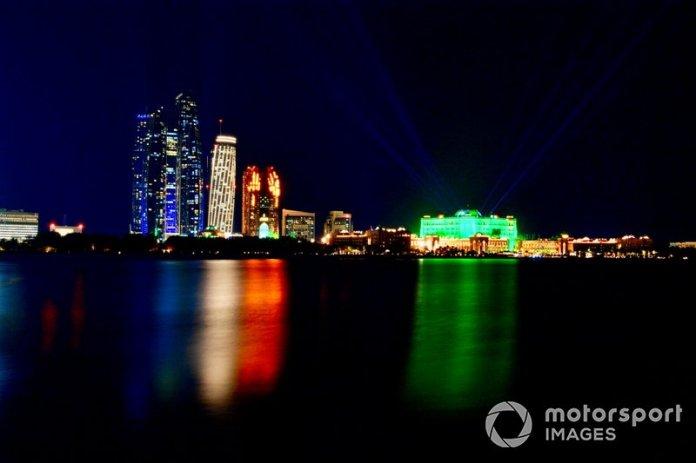 Una vista general de Abu Dhabi al caer la noche
