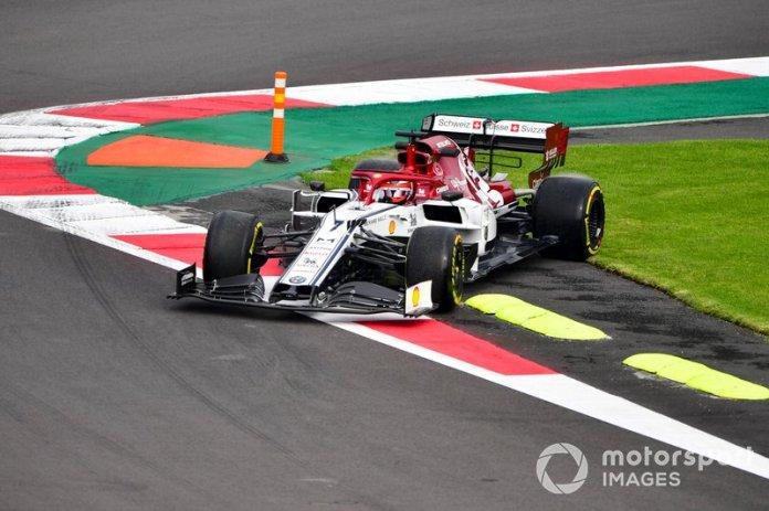Kimi Raikkonen, Alfa Romeo Racing C38 sobre el pasto