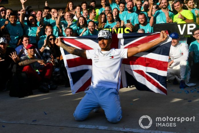 Lewis Hamilton, Mercedes AMG F1, celebra con su equipo después de conseguir su 6º título de pilotos