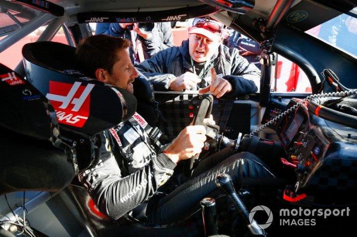 Romain Grosjean, Haas F1 Team VF-19, se sube al coche del piloto de la Copa NASCAR Tony Stewart