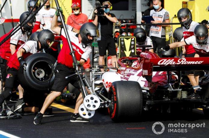 Kimi Raikkonen, Alfa Romeo Racing C39, pit stop
