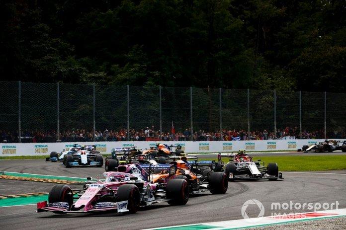 Lance Stroll, Racing Point RP19, lidera a Carlos Sainz Jr, McLaren MCL34, Alex Albon, Red Bull RB15, Antonio Giovinazzi, Alfa Romeo Racing C38, y el resto del campo en la salida