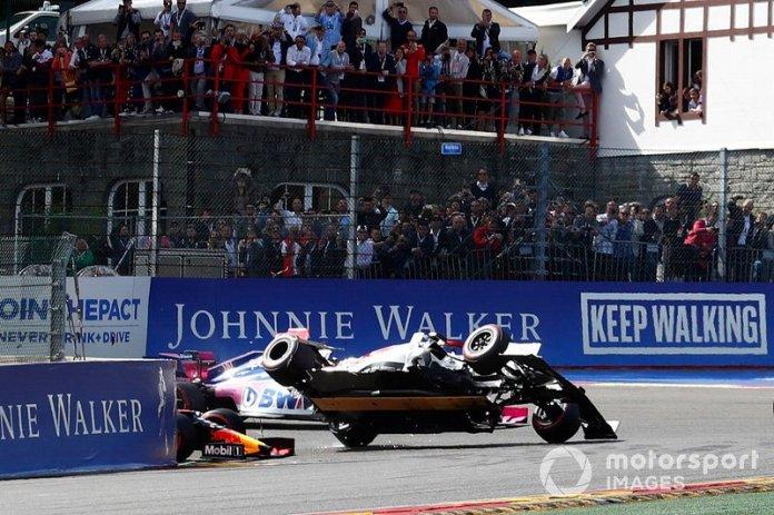 Charles Leclerc, Ferrari SF90, lidera Sebastian Vettel, Ferrari SF90, Lewis Hamilton, Mercedes AMG F1 W10 y Valtteri Bottas, Mercedes AMG W10, mientras que Kimi Raikkonen, Alfa Romeo Racing C38 es volcado por Max Verstappen, Red Bull Racing RB15.