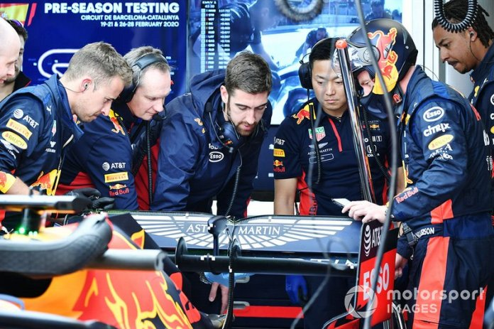 Los miembros del equipo Red Bull examinan la parte trasera de un Red Bull Racing RB16