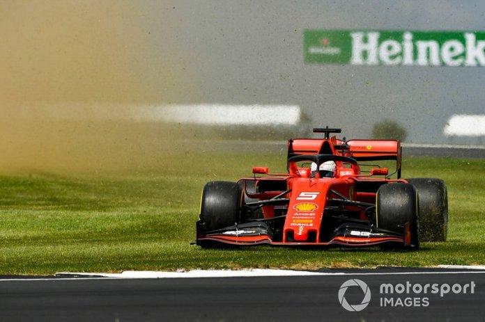 Sebastian Vettel, Ferrari SF90, corre sobre la hierba