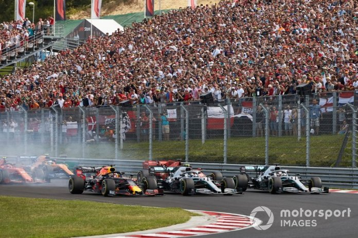 Max Verstappen, Red Bull Racing RB15, Lewis Hamilton, Mercedes AMG F1 W10, Valtteri Bottas, Mercedes AMG W10 en la arrancada