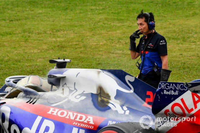 Coche de Daniil Kvyat, Toro Rosso STR14 siendo recuperado por los ingenieros de Toro Rosso