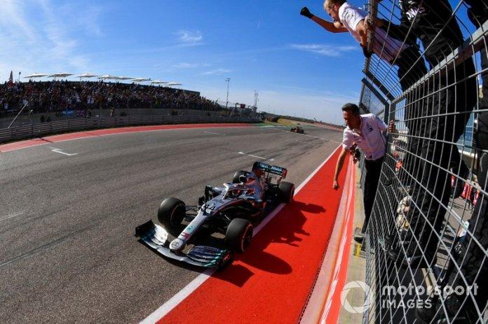 Lewis Hamilton, Mercedes AMG F1 W10, gana su sexto campeonato mundial, y es recibido por su equipo en la llegada