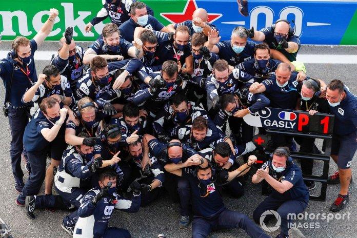 El equipo AlphaTauri celebra en el pit lane después de que Pierre Gasly, AlphaTauri AT01 gane la carrera