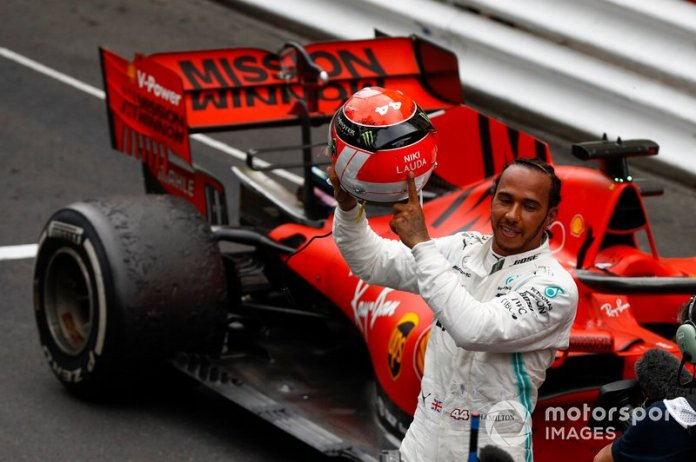 El casco de Lewis Hamilton, Mercedes AMG F1, para el GP de Mónaco