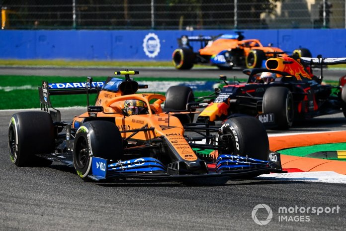Lando Norris, McLaren MCL35, Max Verstappen, Red Bull Racing RB16, y Carlos Sainz Jr., McLaren MCL35